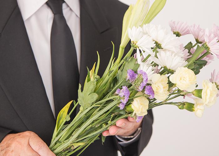 花束を持つ男性スタッフ