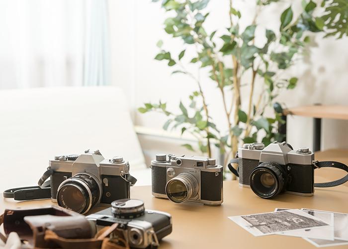 テーブルの上のカメラ